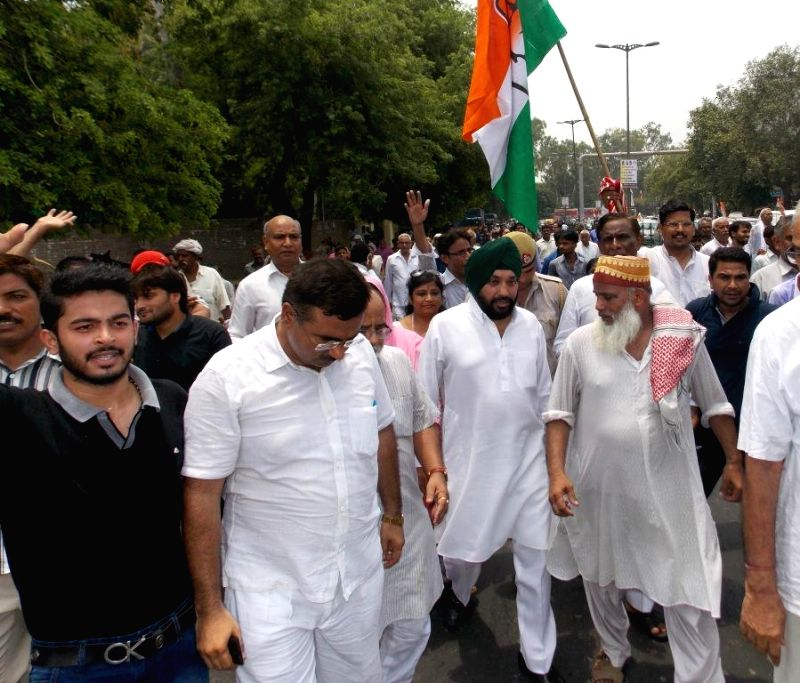 Congress workers led by party's Delhi unit chief Arvinder Singh Lovely demonstrate against hike in prices of essential commodities and other issues in New Delhi on July 13, 2014. - Arvinder Singh Lovely