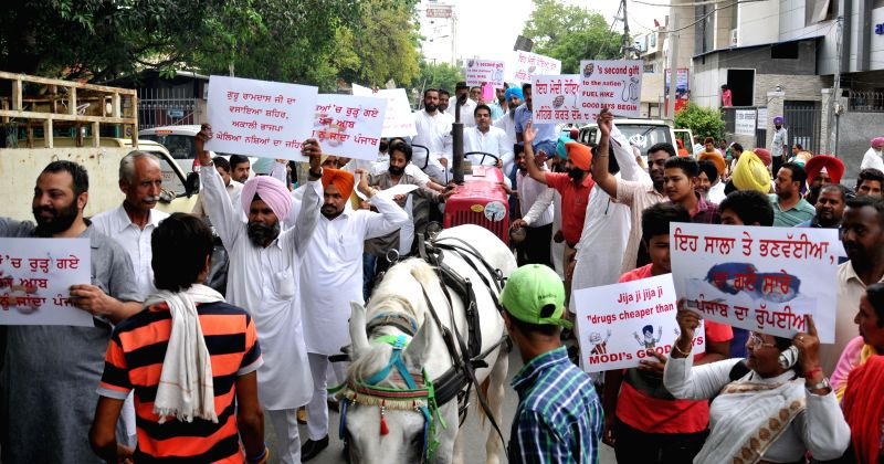 Congressmen led by Gurjeet Singh Aujla demonstrate against hike in fuel prices in Amritsar on July 1, 2014. - Gurjeet Singh Aujla