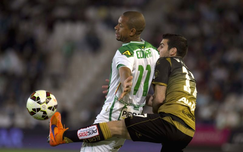 Cordoba's defender brasilian Edimar Curitiba (L) fights for the ball with midfielder Victor Rodriguez (R) of Elche during their Primera Division soccer match played at El Arcangel stadium in Cordoba, ...