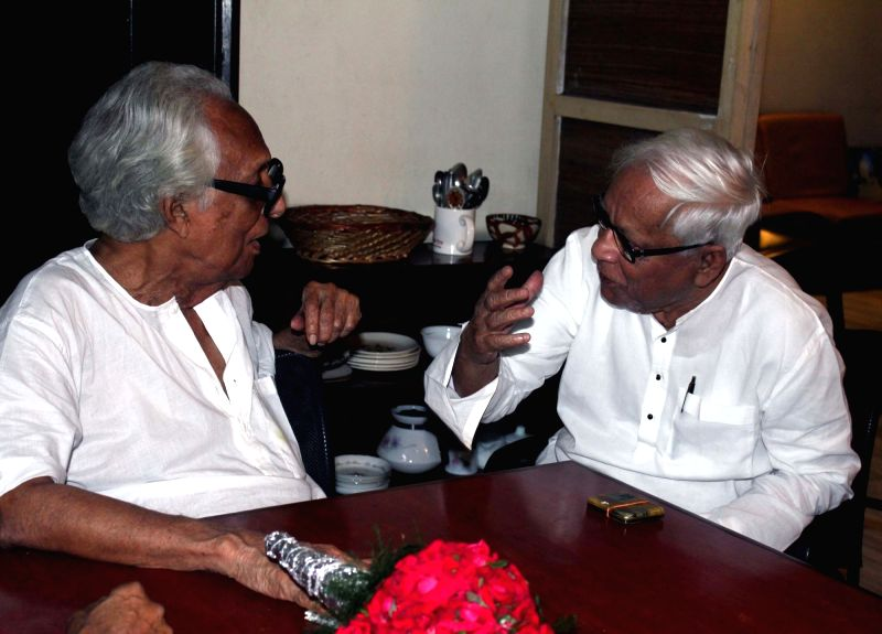 CPI(M) leader and former chief minister Buddhadeb Bhattacharjee meets filmmaker Mrinal Sen to celebrate Sen's 93rd birth anniversery at his residence in Kolkata on May 14, 2016. - Buddhadeb Bhattacharjee