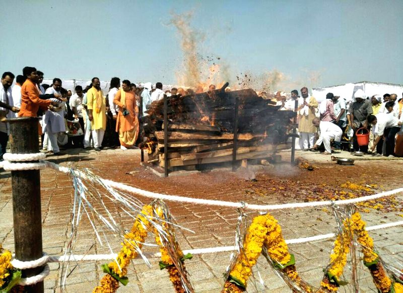 Cremation of Union Environment Minister Anil Dave underway on the banks of Narmada river in Hoshangabad of Madhya Pradesh on May 19, 2017. Dave died following cardiac arrest in New ... - Anil Dave