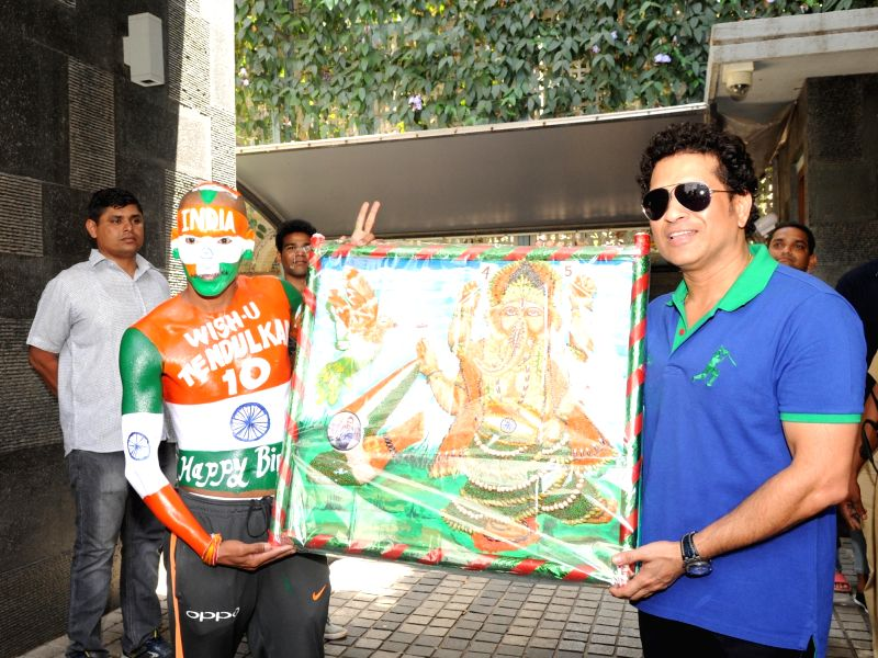 Cricket legend Sachin Tendulkar along with his fan Sudhir Kumar Chaudhary celebrates his birthday at his residence in Mumbai on April 24, 2018. - Sachin Tendulkar and Sudhir Kumar Chaudhary