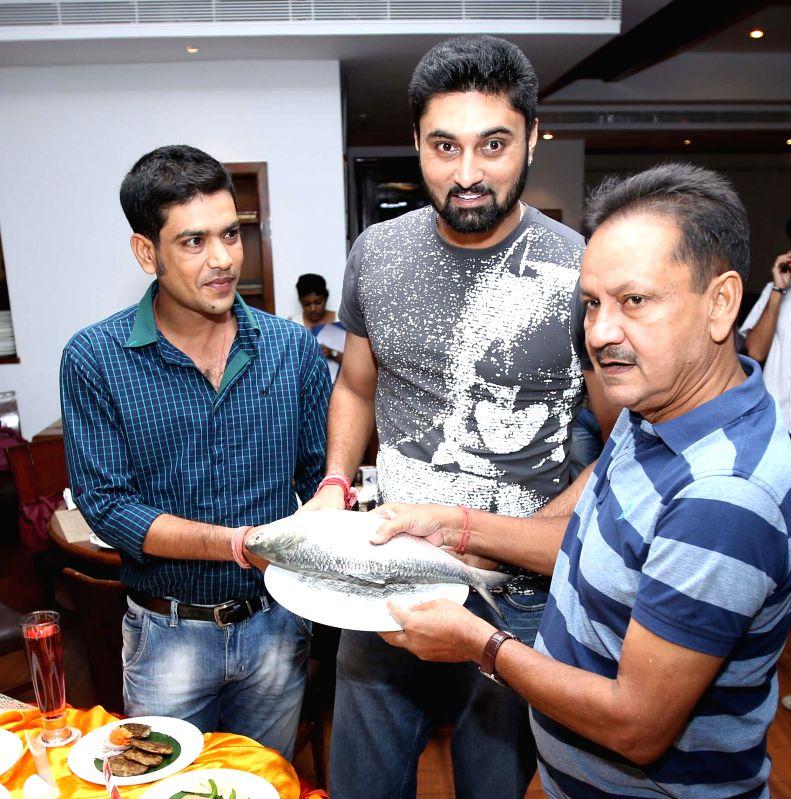 Cricketer Laxmi Ratan Shukla, Ranadeb Bose and Sambaran Banerjee during Hilsha Food Festival in Kolkata on July 31, 2014. - Ranadeb Bose and Sambaran Banerjee
