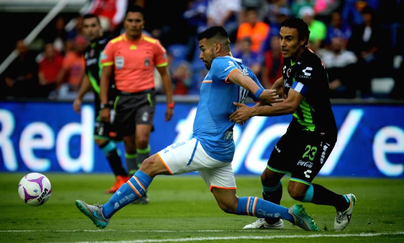 Cruz Azul's Ariel Rojas (L) vies with Veracruz's Leobardo Lopez (R) during the match of Day 15 of Opening Tournament of MX League, at Azul Stadium, in Mexico ...