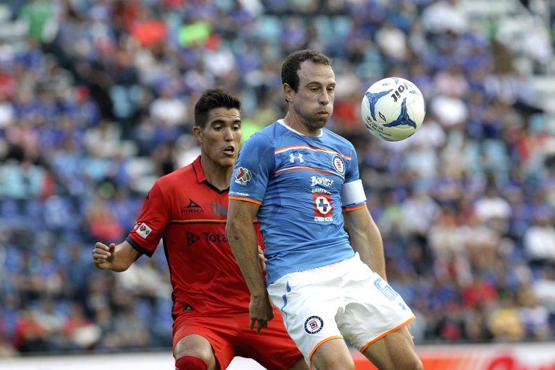 Cruz Azul's Gerardo Torrado (R) in action against Morelia's Hibert Ruiz (L) during their Apertura tournament's match at Azul Stadium in Mexico City, Mexico, 25 July 2015. Morelia won 0-3. EFE/Alex ...