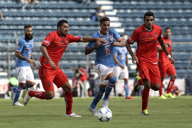 Cruz Azul's Richard Ruiz (c) in action against Morelia's Jose Olvera (L) and Christian Pellerano (R) during their Apertura tournament's match at Azul Stadium in Mexico City, Mexico, 25 July 2015. ...