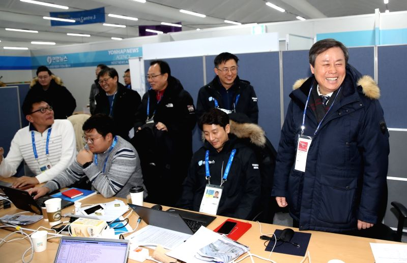 Culture Minister Do Jong-hwan (R) meets with reporters of Yonhap News Agency (YNA) while touring the YNA booth at the Main Press Center in the Alpensia Resort in PyeongChang, Gangwon Province, near ... - D