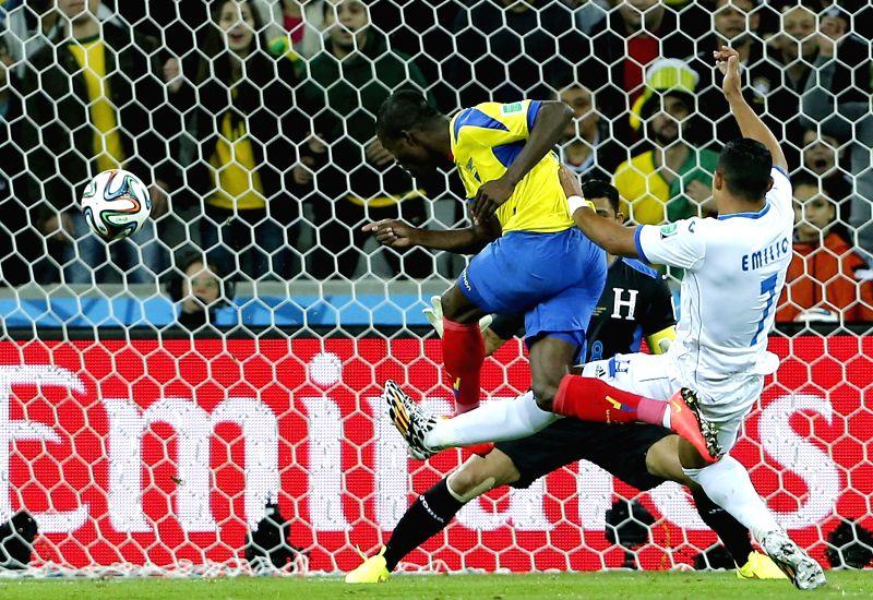 Jefferson Montero (L) of Ecuador shoots during a Group E match between Honduras and Ecuador of 2014 FIFA World Cup at the Arena da Baixada Stadium in Curitiba, ...
