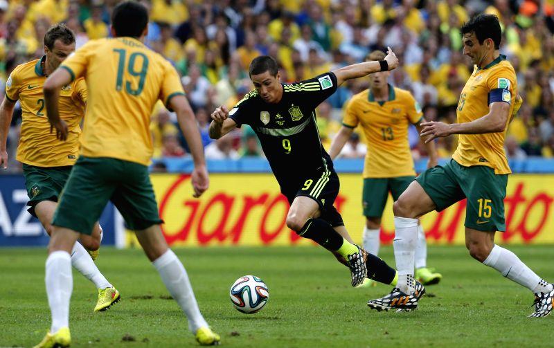Spain's Fernando Torres (C) breaks through during a Group B match between Australia and Spain of 2014 FIFA World Cup at the Arena da Baixada Stadium in Curitiba, ...