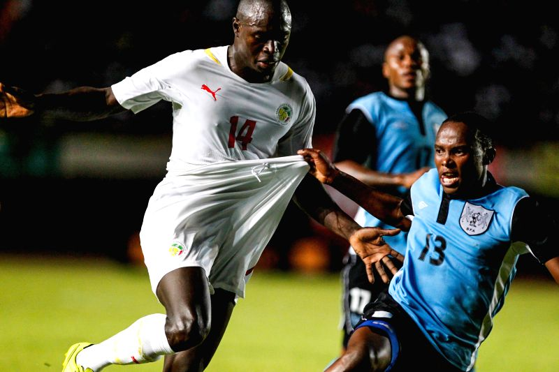 Senegal's Boucary Drame (L) vies with Botswana's Pelonte Lerole during the final round of Africa Cup of Nations Morocco 2015 qualifying match in Dakar, Senegal, Nov. 19, 2014. Senegal won 3-0.