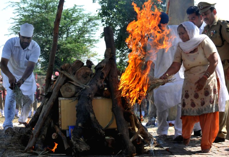 Dalbir Kaur, sister of Sarabjit Singh during cremation of Sarabjit ...