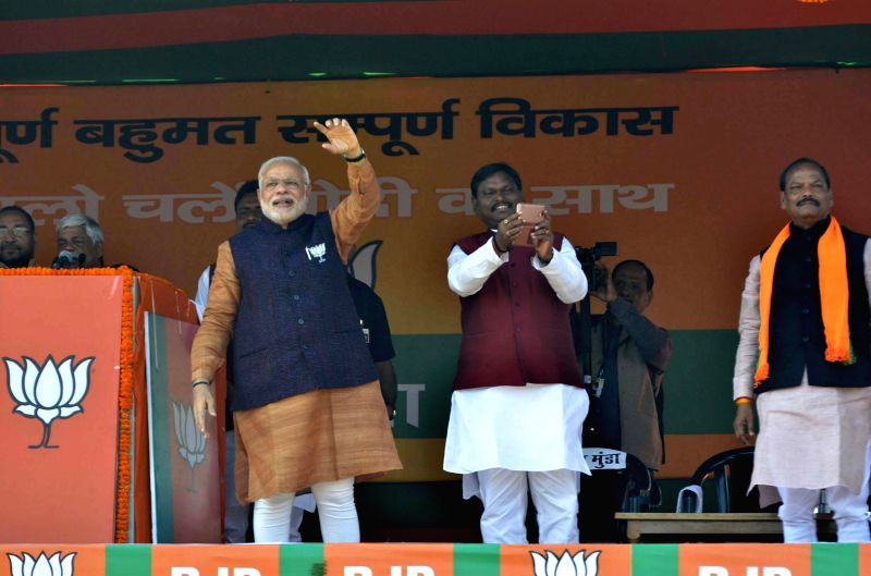 Prime Minister Narendra Modi, BJP leader Arjun Munda and others during a rally ahead of upcoming Jharkhand Assembly Polls in Daltonganj, 175 km away from Ranchi on Nov 21, 2014. - Narendra Modi and Arjun Munda