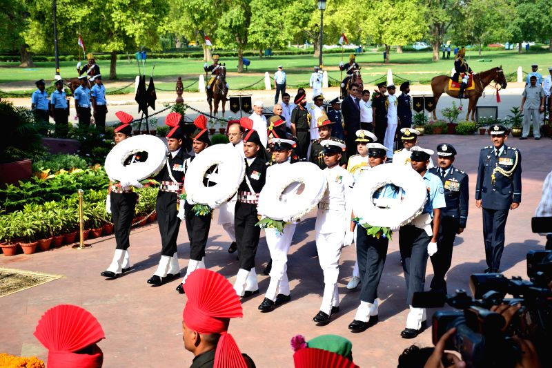 Defence Minister Arun Jaitley, Army chief Bikram Singh, Navy chief Robin Dhowan and Air Force chief Arup Raha paying tribute to martyrs on the occasion of Kargil Vijay Diwas at Amar Jawan Jyoti, ... - Arun Jaitley and Bikram Singh