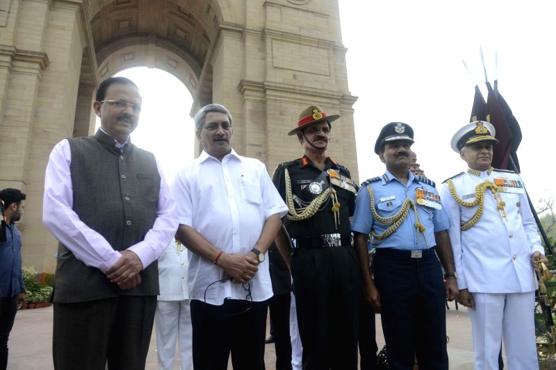 Defence Minister Manohar Parrikar with Chief of Army Staff General Dalbir Singh Suhag, Navy Chief Admiral Sunil Lanba and Chief of Air Staff Air Chief Marshal Arup Raha paying homage at ... - Manohar Parrikar