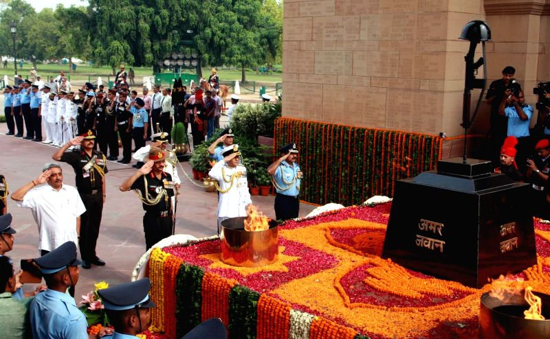 Defence Minister Manohar Parrikar with Chief of Army Staff General Dalbir Singh Suhag, Navy Chief Admiral Sunil Lanba and Chief of Air Staff Air Chief Marshal Arup Raha pay homage at Amar Jawan Jyoti ... - Manohar Parrikar