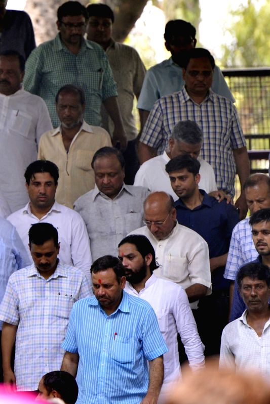 Delhi Chief Minister Arvind Kejriwal and Delhi Health Minister Satyendra Jain attend the cremation of a Kejriwal's relative at Nigambodh Ghat in New Delhi on May 8, 2017. - Arvind Kejriwal and Satyendra Jain
