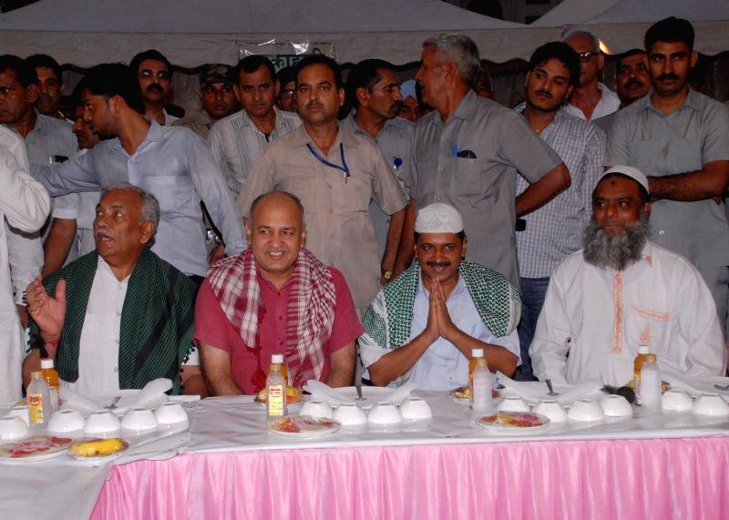 Delhi Chief Minister Arvind Kejriwal, Deputy Chief Minister Manish Sisodia and Delhi Assembly Speaker Ram Niwas Goel during an Iftaar party at Delhi Vidhan Sabha in New Delhi on June 19, ... - Arvind Kejriwal