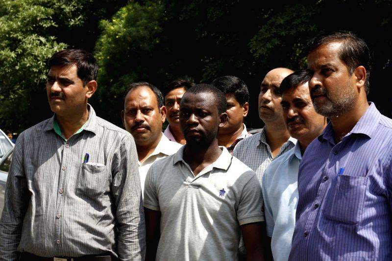 Delhi policemen present a Nigerian national from whom 2.5 kg heroin was recovered, before media in New Delhi on Aug 27, 2014.