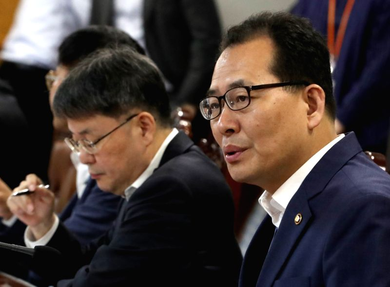Deputy Finance Minister Ko Hyung-kwon (R) speaks in a meeting with senior central bank officials and financial regulators in Seoul on June 14, 2018, to discuss the fallout of a U.S. interest ... - K