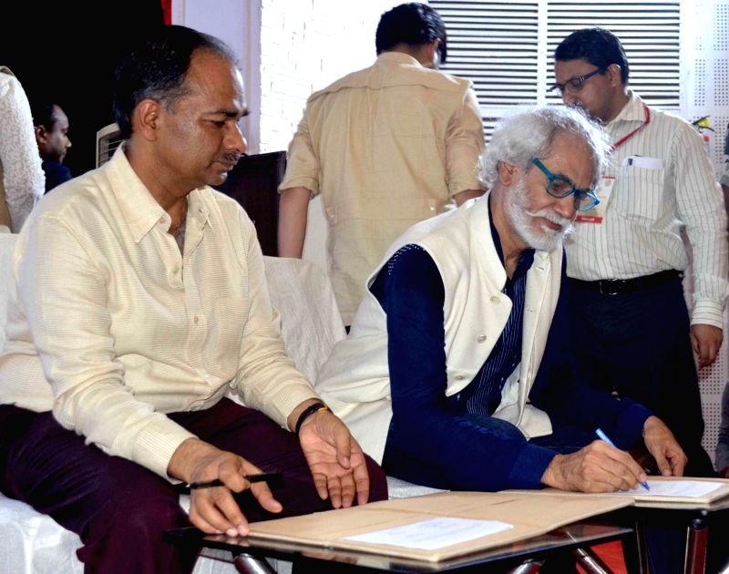 Development Commissioner Handlooms Alok Kumar and FDCI President Sunil Sethi sign MoU during a programme organised on 2nd National Handloom Day in Varanasi on Aug 7, 2016.