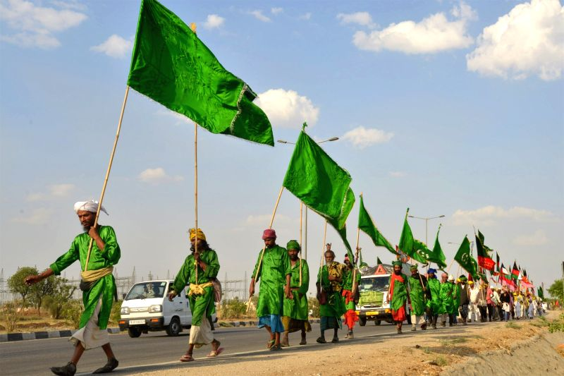 Devotees arrive to participate in the urs of Khwaja Moinuddin Chisti at Ajmer Sharif in Rajasthan on April 7, 2016.