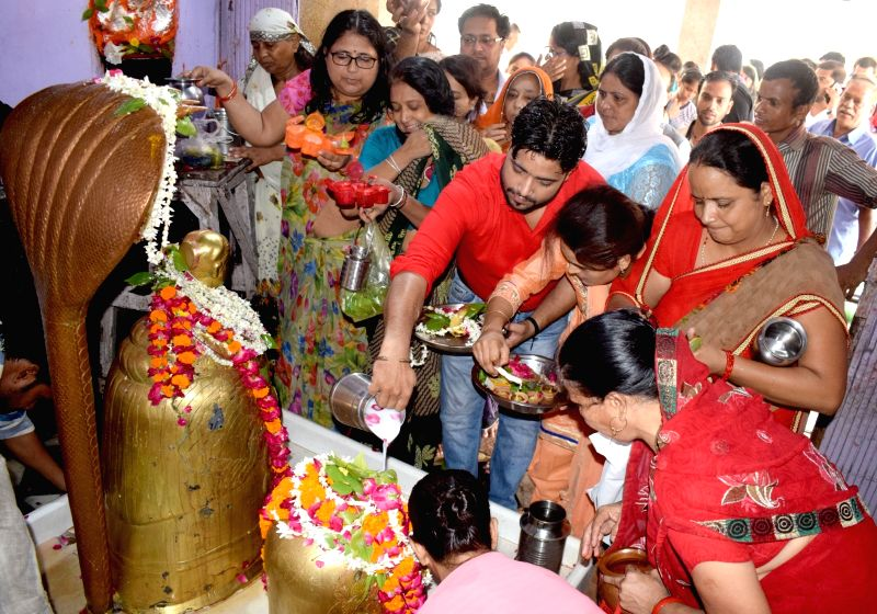 Devotees perform rituals at Galteshwar Mahadev temple on the first Monday of the holy month of Sawan, in Mathura, on July 30, 2018.