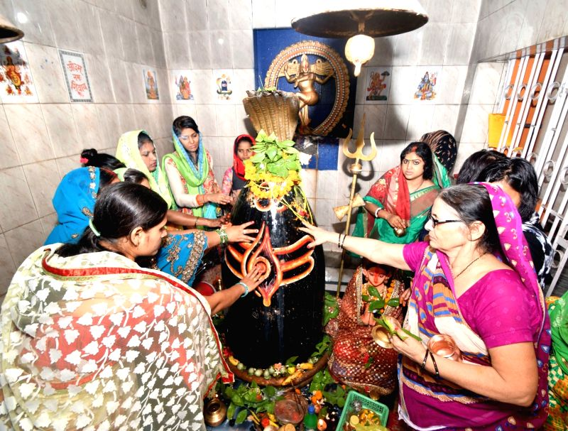 Devotees perform rituals at Saidpur Shiva temple on the first Monday of the holy month of Sawan, in Patna, on July 30, 2018.
