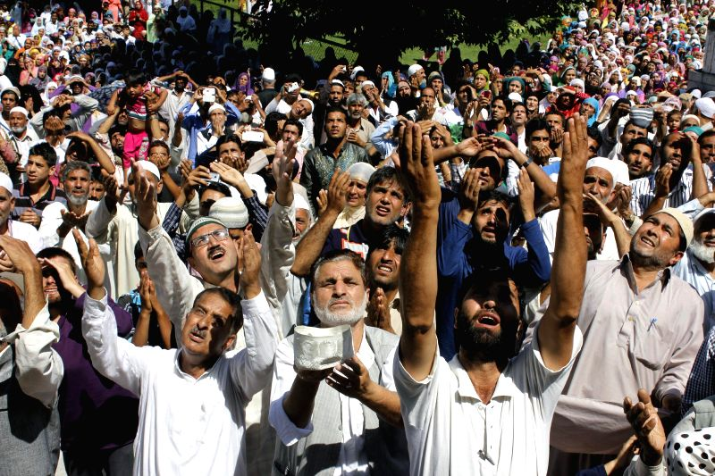 Devotees throng Hazratbal Mosque for a glimpse of a hair of the prophet Muhammad which is housed in the shrine during Ramadan in Srinagar on July 20, 2014.