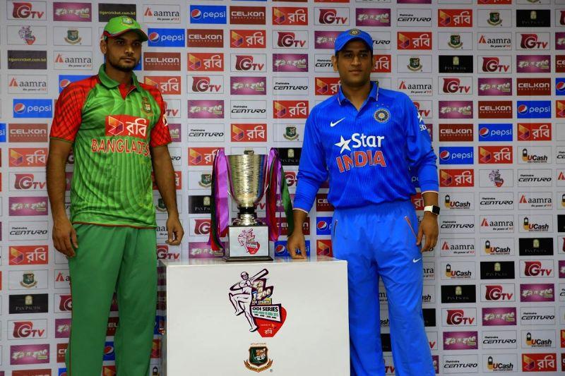 Dhaka (Bangladesh): Indian ODI skipper MS Dhoni and Bangladeshi skipper Mashrafe Mortaza unveiled the trophy of Bangladesh-India International ODI series in Dhaka, Bangladesh on June 17, 2015. - MS Dhoni