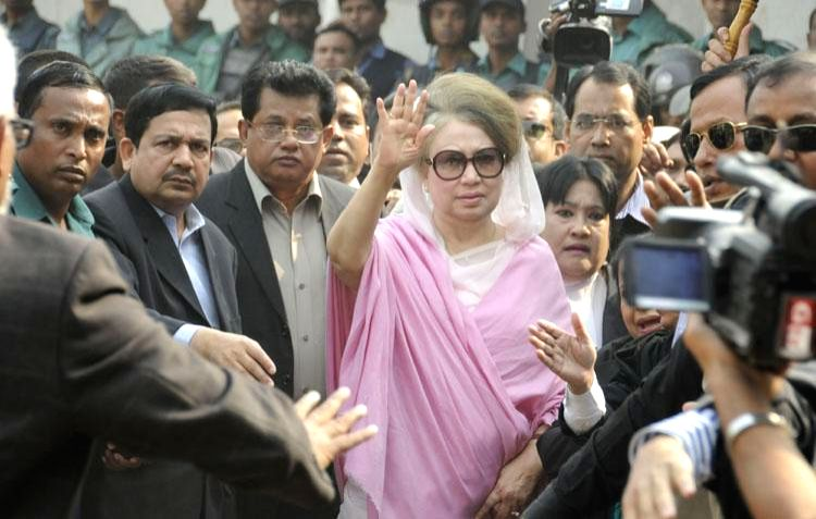 Former Bangladeshi prime minister Khaleda Zia arrives for a court hearing in two graft cases in Dhaka, Bangladesh, Dec. 24, 2014. Bangladesh police Wednesday used ... - Khaleda Zia