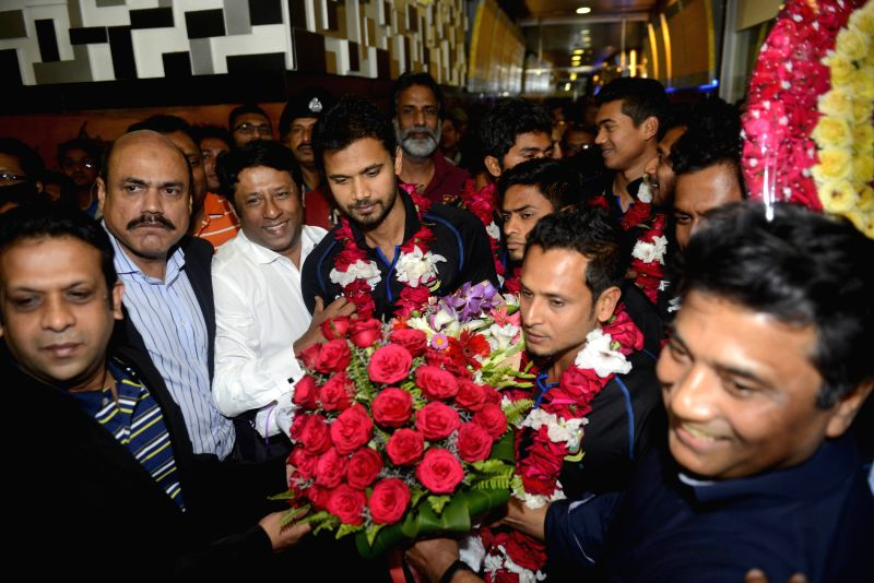 Bangladesh cricket team captain Mashrafe Mortaza (C) receives flowers at Hazrat Shahjalal International Airport in Dhaka, Bangladesh, March 22, 2015. In the second ... - Mashrafe Mortaza