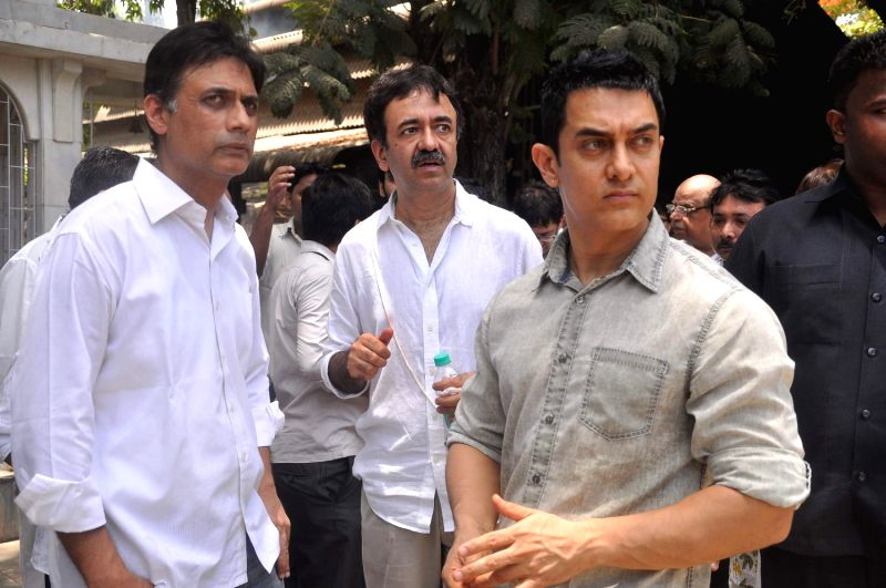 Director Rajkumar Hirani and Bollywood actor Aamir Khan at Rajkumar Hirani's father's funeral Municipal Hindu Cemetery in Santacruz Mumbai, India. - Aamir Khan