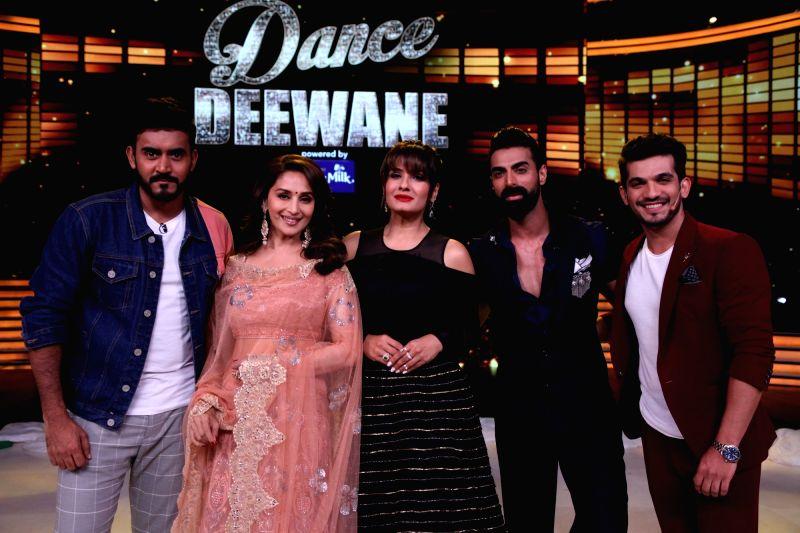 "Director Shashank Khaitan, actors Madhuri Dixit Nene, Raveena Tandon, Arjun Bijlani and choreographer Tushar Kalia on the sets of reality television show ""Dance Deewane"" in Mumbai ... - Madhuri Dixit Nene, Raveena Tandon and Arjun Bijlani"