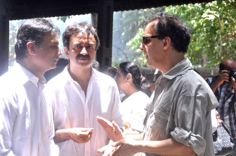 Director Vidhu Vinod Chopra and Director Rajkumar Hirani at Rajkumar Hirani's father's funeral Municipal Hindu Cemetery in Santacruz Mumbai, India. - Vidhu Vinod Chopra