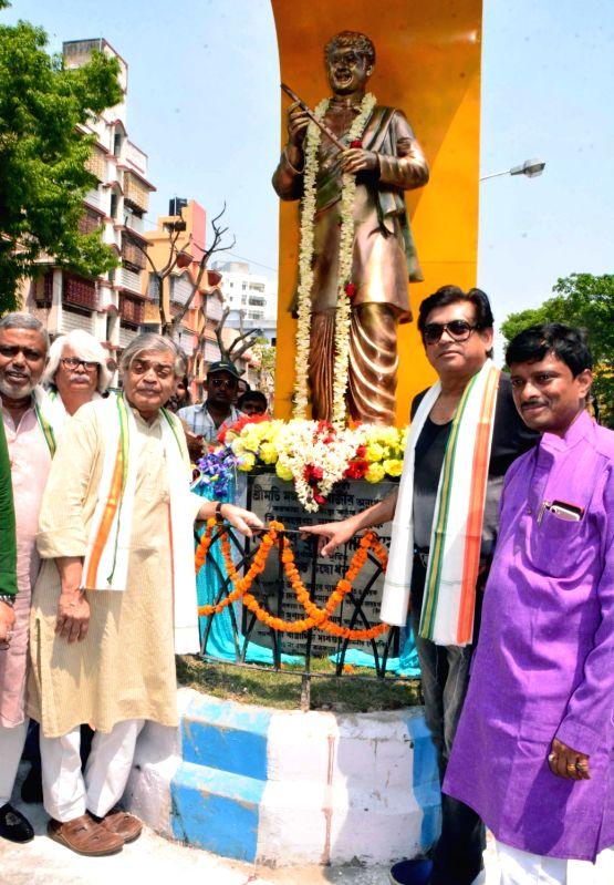 Directors Sandip Ray and Haronath Chakrabarty with singer Amit Kumar during the inauguration of Kishore Kumar's statue, in Kolkata on April 14, 2018. - Amit Kumar and Kishore Kumar