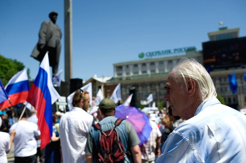 People attend a rally in Donetsk, May 18, 2014, demonding to open the borders between Donetsk and Russia. Photo: