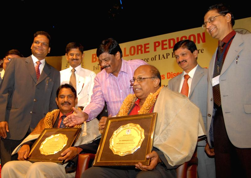 Dr Govindrajalu and Dr K Jayoji Rao, being felicitated by HC Mahadevappa, PWD Minister and others, during the 1st Annual Conference of IAP Bangalore and National Mid Term Infectious Disease CME, at .. - K Jayoji Rao