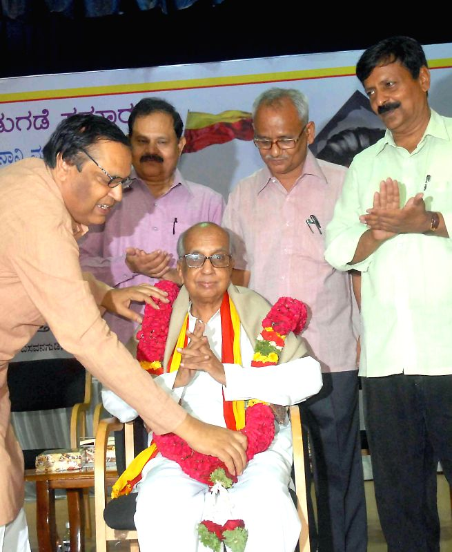 Dr. M Chidanandamurthy being felicitated by Mukyamantri Chandru, former president, Kannada Development Authority during Ramamurthy's book release programme at Kannada Sahitya Parishat in Bangalore on