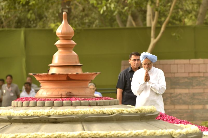 Dr Manmohan Singh, pays tribute to former prime minister Rajiv Gandhi on his death anniversary at Vir Bhoomi in New Delhi on May 21, 2017. - Rajiv Gandhi and Manmohan Singh