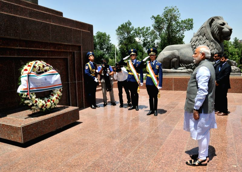 Dushanbe (Tajikistan): Prime Minister Narendra Modi pays tribute at the Ismaili Somoni Monument, at Dusti Square, in Dushanbe, Tajikistan on July 13, 2015. - Narendra Modi