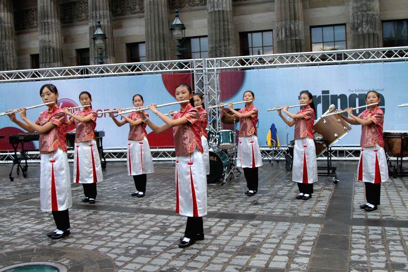 EDINBURGH (BRITAIN), Aug. 6, 2016 Chinese gilrs perform on the opening day of the Edinburgh Festival Fringe (The Fringe) in Edinburgh, Britain, on Aug. 5, 2016. Three important Edinburgh ...