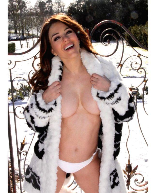 Elizabeth Hurley goes topless in the snow.(photo:instagram)
