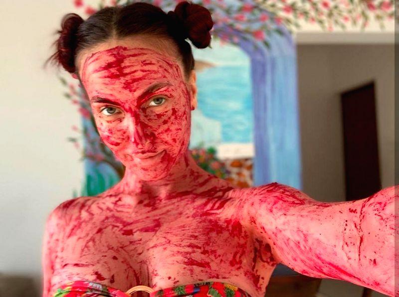 Elli AvrRam turns into 'beetroot ki dukaan'.