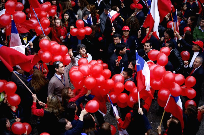 Employees of National Association of Employees of the Civil Registry and Identification (ANERCICH, for its acronym in Spanish), hold ballons before taking part in ...