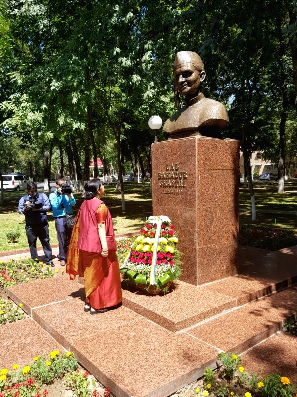 External Affairs Minister Sushma Swaraj pays floral tribute to 2nd Prime Minister of India late Lal Bahadur Shastri, in Tashkent, Uzbekistan, on Aug 5, 2018. - Sushma Swaraj