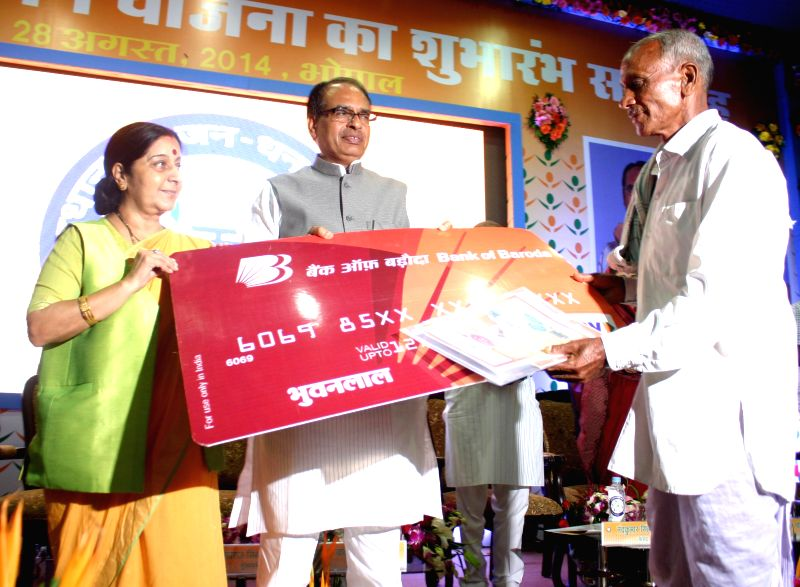 External Affairs Minister Sushma Swaraj with Madhya Pradesh Chief Minister Shivraj Singh Chouhan at the inaugural function of Prime Minister Jan-Dhan Abhiyan in Bhopal on Aug 28, 2014. - Sushma Swaraj and Shivraj Singh Chouhan