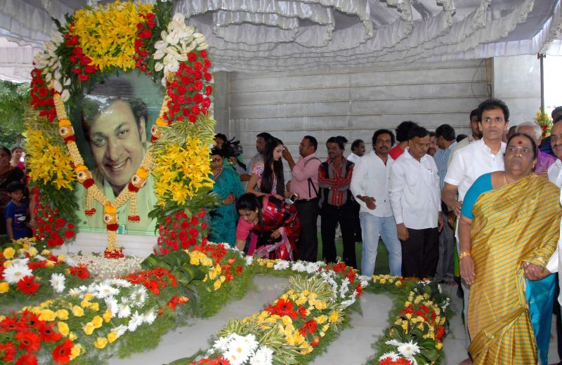 Fans of actor Dr. Rajkumar pay tribute to him on his 86th birth anniversary at Kanteera Studio in Bangalore on April 24, 2014.