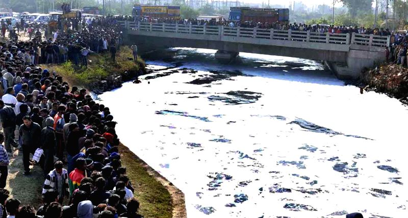 People in large numbers gather on the banks of Delhi-Agra canal after a car fell into it, in Faridabad on Jan 5, 2015.