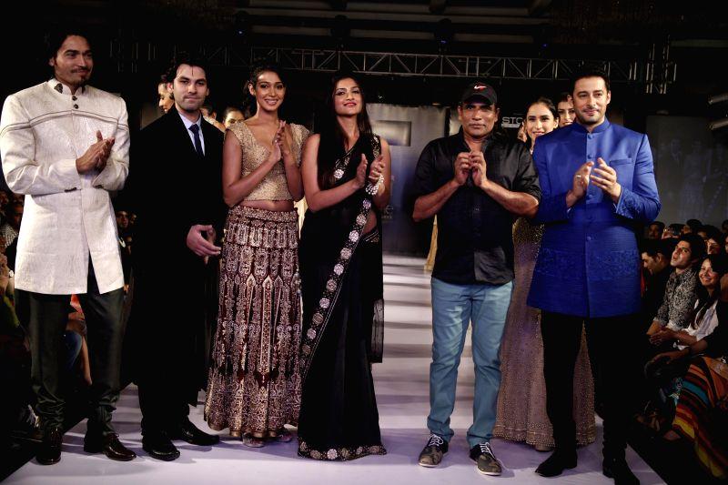 Fashion designer Hari Anand with actors Sawar Ali, Rishika and Zulfi Sayed during Kingfisher Ultra Style Week Bangalore 2014 on July 27, 2014. - Sawar Ali, Rishika and Zulfi Sayed