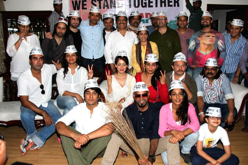 Film and TV personalities show their support for AAP at press conference at Mumbai streets at 21st April 2014